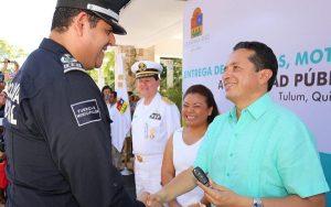 Carlos-joaquin-entrega-de-patrullas-motocicletas-y-uniformes-de-policía-en-Tulum-20-1080x675
